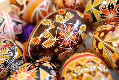Пасха уже не за горами, и мариупольцы активно скупают красители для окрашивания яиц накануне праздников.